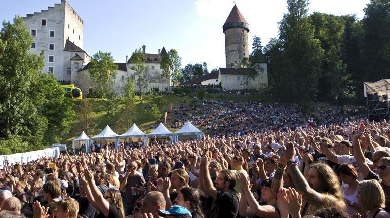 Bis zu 9.000 Zuschauer fasst die Burg Cam Konzertarena
