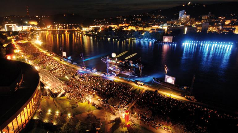 Bis zu 150.000 Zuschauer pilgern alljährlich zur Klangwolke in den Linzer Donaupark.