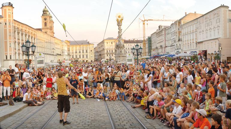 Theater schlägt Straßenbahn: Das Pflasterspektakel darf alles :-)