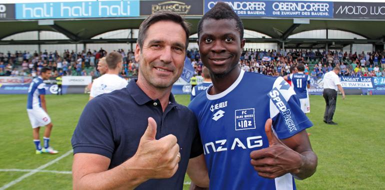 Blau-Weiß Linz Coach Willi Wahlmüller mit seinem ,Musterschüler' Yusuf Otubanjo