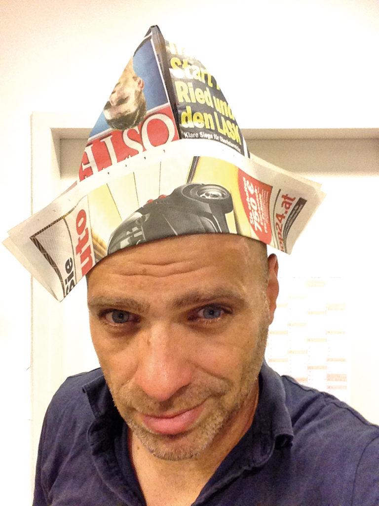 Auch wenn dieses Bild anderes vermuten ließe: Nicht jede Zeitung ist ein alter Hut.