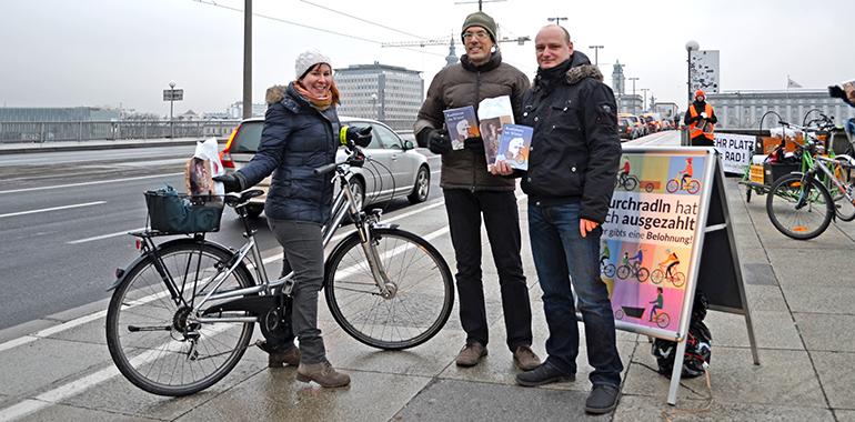 """Infrastruktur-Stadtrat Markus Hein selbst wintererprobter """"Zweiradler"""", bei einer Verteilaktion für Radfahrer"""