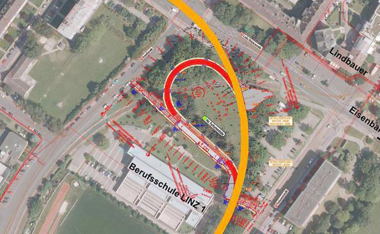 Der bestehende Gleiskörper (gelb) und die geplante Umkehrschleife (rot).