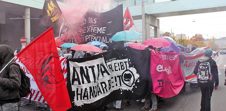 """Die Demo """"Linz gegen Rechts"""" vom Oktober 2016 startete am Bahnhof und führte beim Palais Kfm. Verein vorbei."""