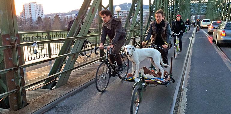 Auch am letzten Tag der Eisenbahnbrücke waren die Critical Mass-Radler mit dabei