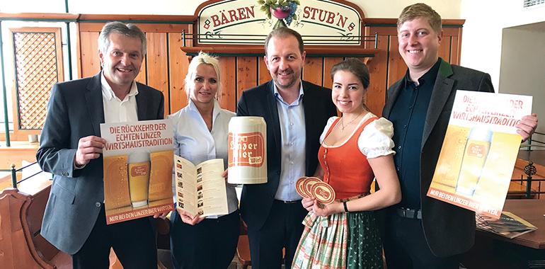 Die Linzer Bier-Macher rund um Vizebürgermeister Bernhard Baier (Mitte)