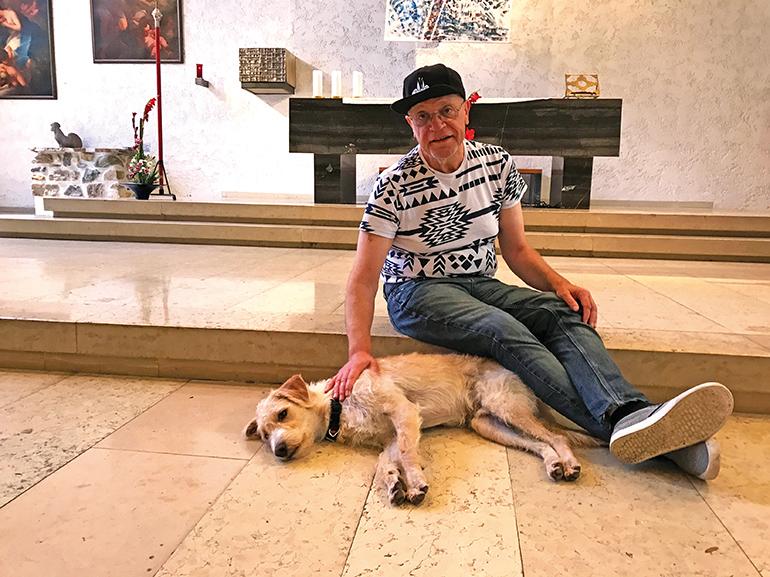"""Franz Zeiger mit Hund """"Maxi"""", einem ungarischen Findling"""