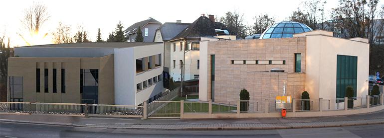 Die bestehende Moschee an der Krepmplstraße (rechts) und der umstrittene Zubau. Foto: NUR