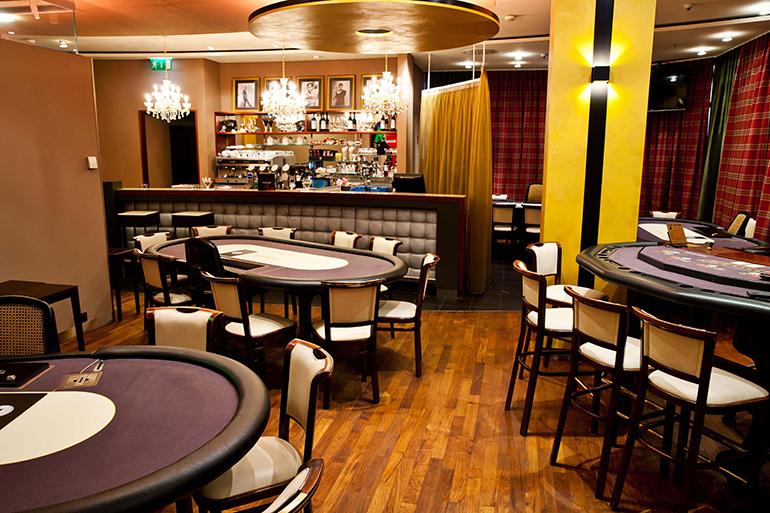 Ein echter Blickfang: die neue Poker- lounge mit eigenem Barbereich