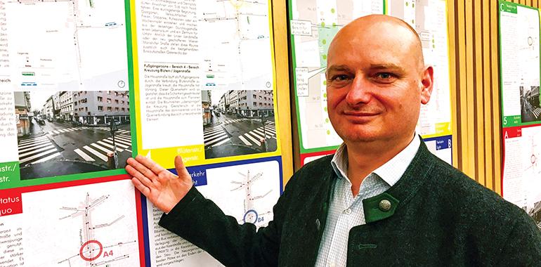 Markus Hein vor den Entwürfen der Neugestaltung der Hauptstraße Urfahr