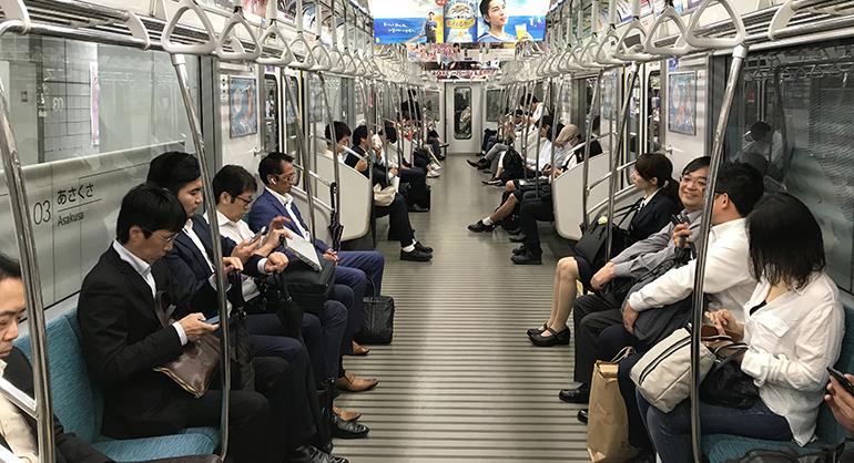 Mit einer Längsbestuhlung bei gleichzeitiger Aufwertung des Stehplatzbereichs wie hier im Tokioter Nahverkehr ließe sich viel Platz gewinnen