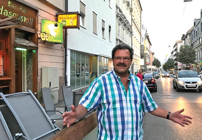 Erwin Schodka vor seinem Gastgarten direkt an der Hauptstraße