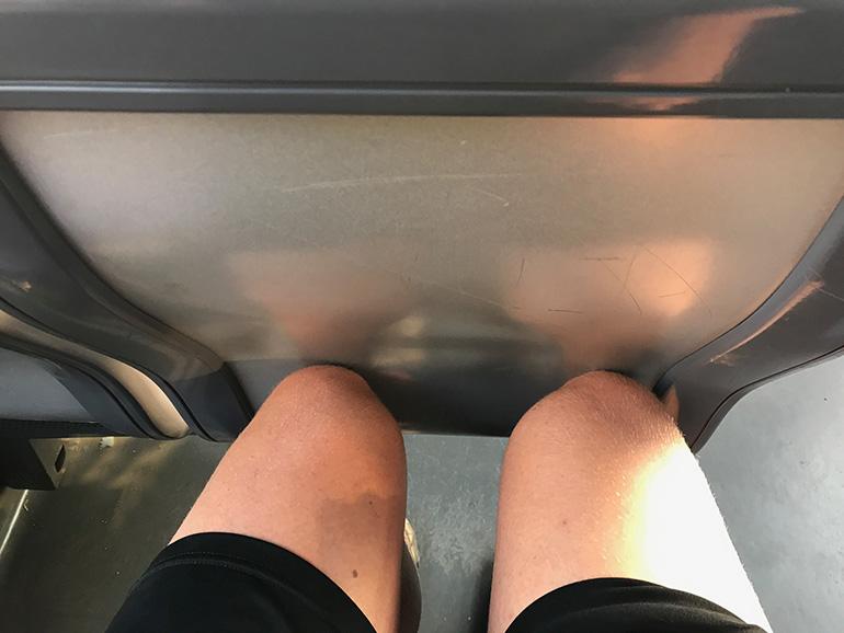 73cm Sitzreihenabstand: Aussteigen für den Nebenmann oder gemütlich Sitzen ist da so gut wie unmöglich.