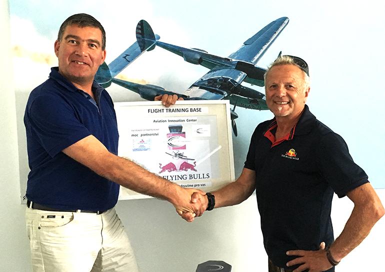 Dieter Pammer (Head of Airline Marketing & Touroperator Management Budweis Airport), Hans Huemer (Aviation Koordinator Flying Bulls) freuen sich über den Abschluss der Partnerschaft.