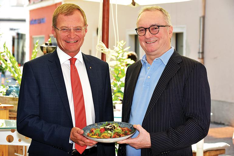 "Landeshauptmann Thomas Stelzer mit ""Mister PIANINO"" Harry Katzmayr"