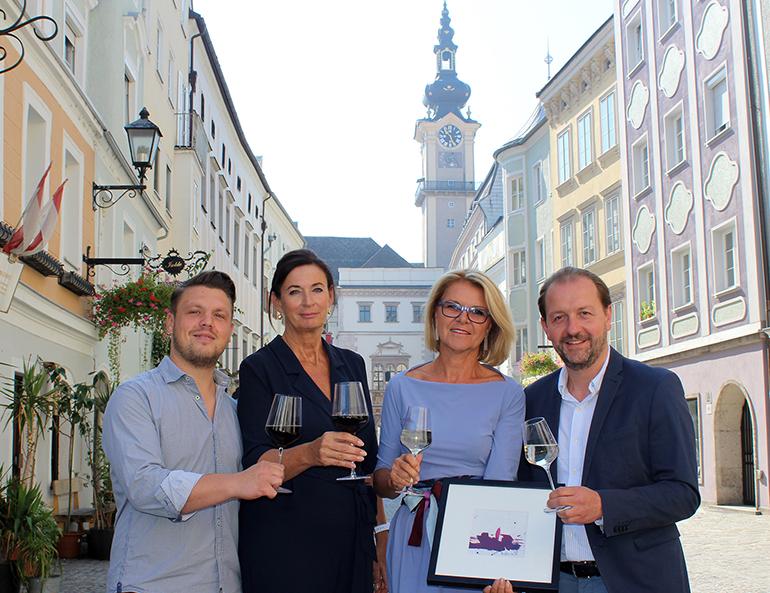 """V.l.n.r.: Roland Pachner (Markhalle eins zwo), Sissi Pröll und Rosemarie Schuller (Verein Altstadt Linz) und Vizebürgermeister Bernhard Baier stoßen auf das bevorstehende Event """"Wein & Kunst 2018"""" an."""