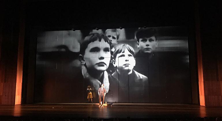 Einzig das Bühnenbild weiß beim David Bowie-Musical LAZARUS im Musiktheater zu überzeugen.
