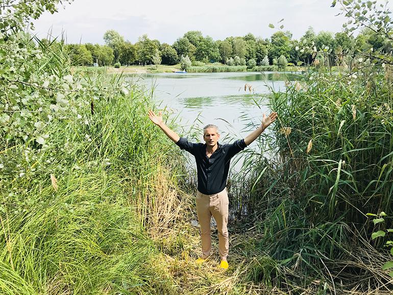 """Lorenz Potocnik am Ufer des Pichlingersees: """"Nur 50 Meter Luftlinie von hier soll 2022 das neue LASK-Stadion stehen"""""""