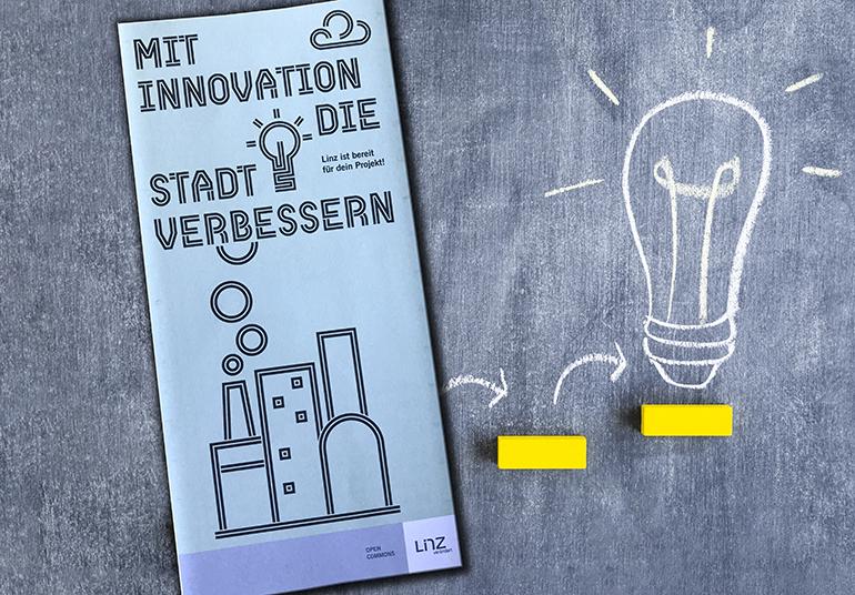 """Die Wettbewerbs-Broschüre """"Mit Innovation die Stadt verbessern"""" liegt im Linzer Rathaus auf."""
