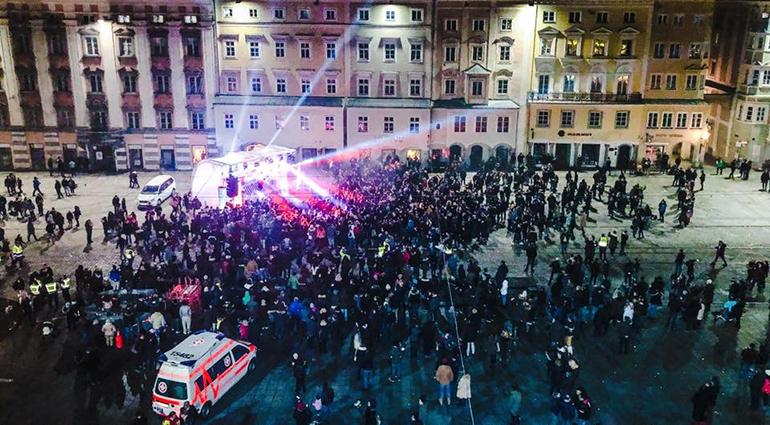 So war's beim letzten Jahreswechsel am Linzer Hauptplatz: aus der großen wurde eine kleine Bühne, der Platz war nur spärlich gefüllt.