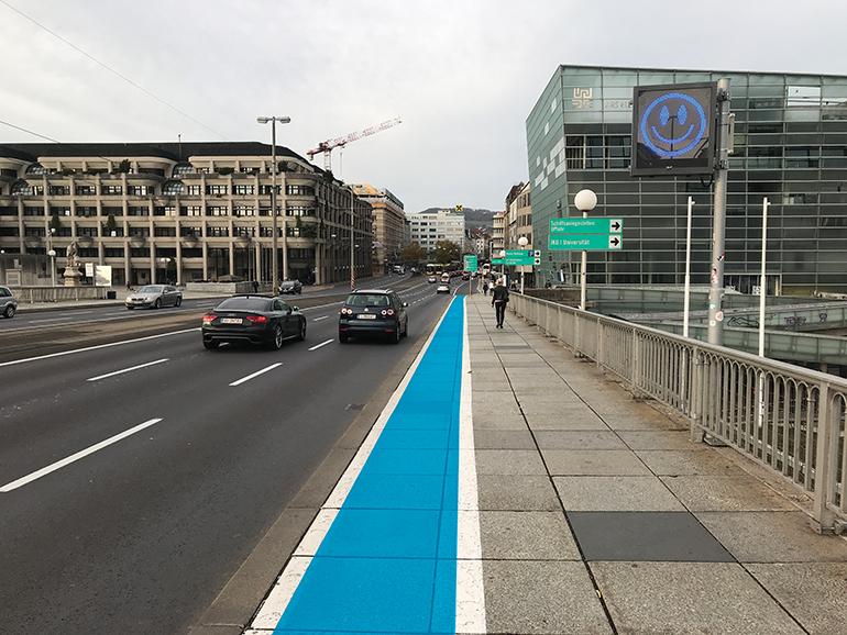 Macht sich auch gut: blauer Radstreifen auf der Nibelungenbrücke