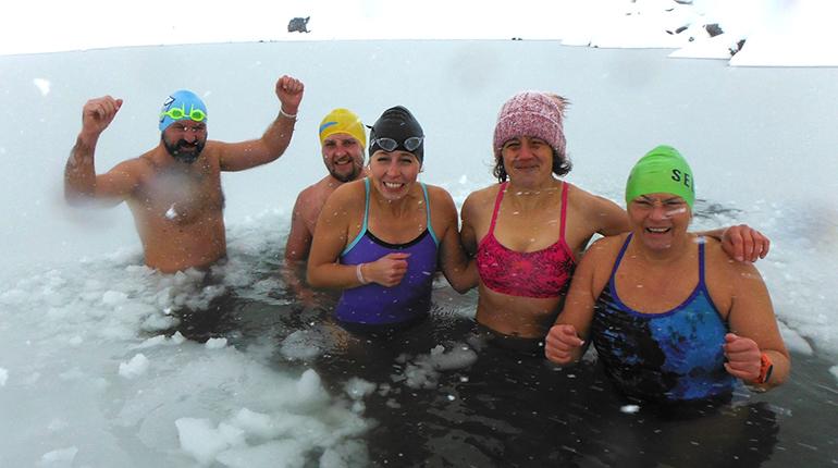 Josef Köberl und seinen Einschwamm-Kollegen kann das Wasser nicht kalt genug sein. (Foto: Christian Bruna)