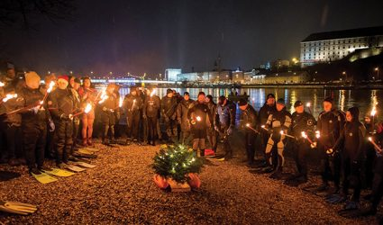 """Donau-Fackelschwimmer als """"eisige"""" Weihnachtsboten"""
