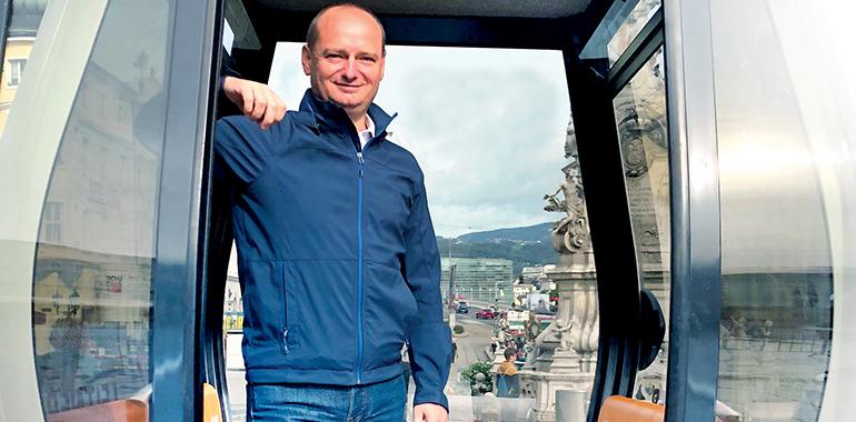 """Markus Hein in einem Gondel-Modell der möglichen Linzer City-Seilbahn: """"xxx"""""""