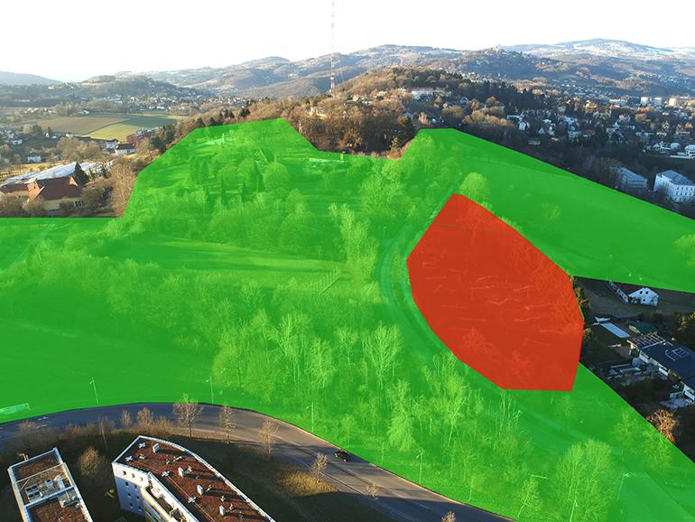 Das umstrittene Grünland am Freinberg (rot), auf dem nach der Umwidmung in Bauland Luxuswohnungen errichtet werden sollen.