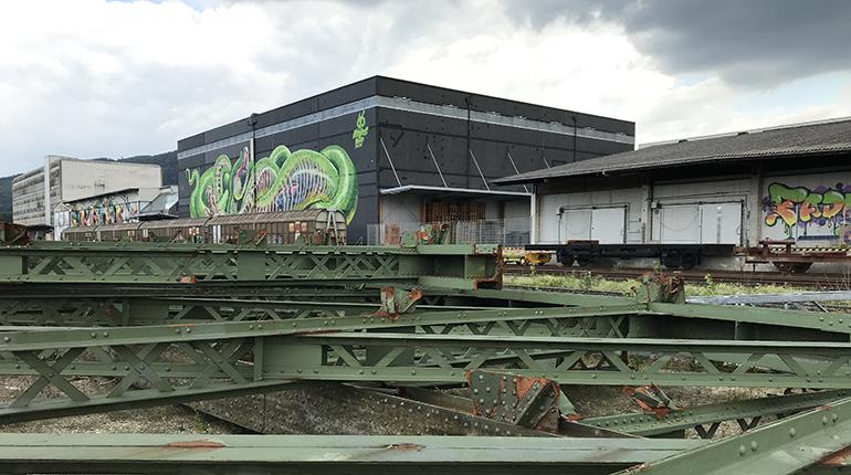 Vergessen: Die Brückenteile der Eisenbahnbrücke lagern im Linzer Hafen.