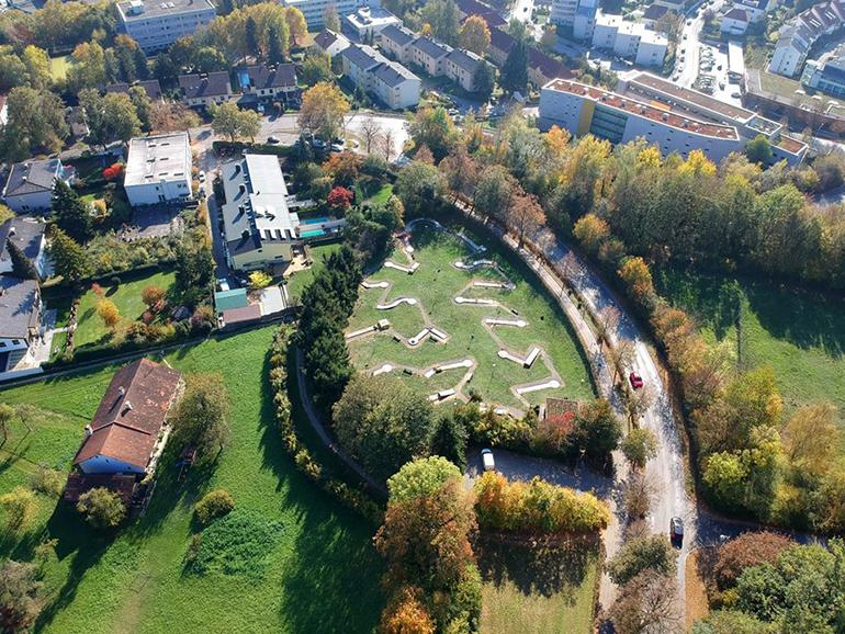 Das betroffene Grünland mit dem Minigolfplatz aus der Vogelperspektive.
