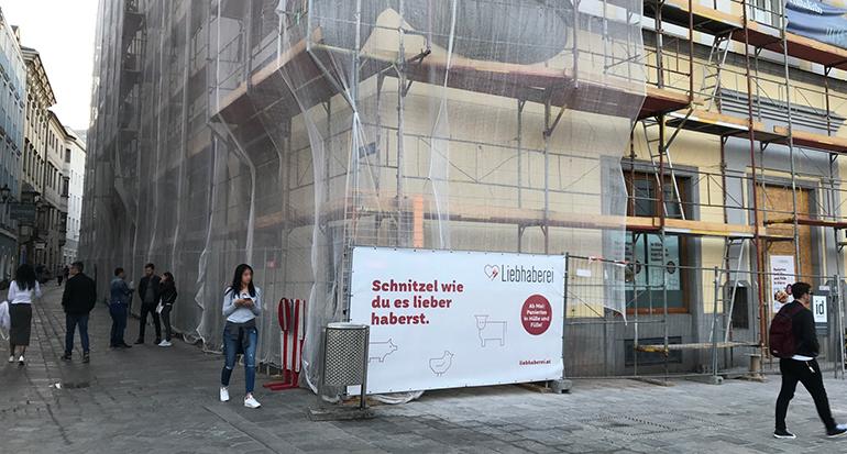 Am Haus Hauptplatz Nr. 11 wird noch heftig gearbeitet, die Eröffnung der LIEBHABEREI soll aber bereits am 06. Mai steigen.