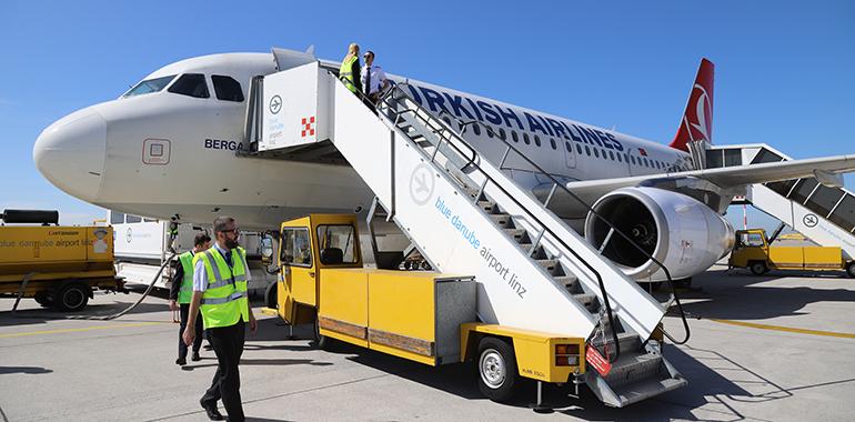 Um 11 Uhr starteten heute bei strahlendem Sonnenschein die ersten Passagiere mit Turkish Airlines von Linz nach Istanbul. (Foto: BDA Linz)