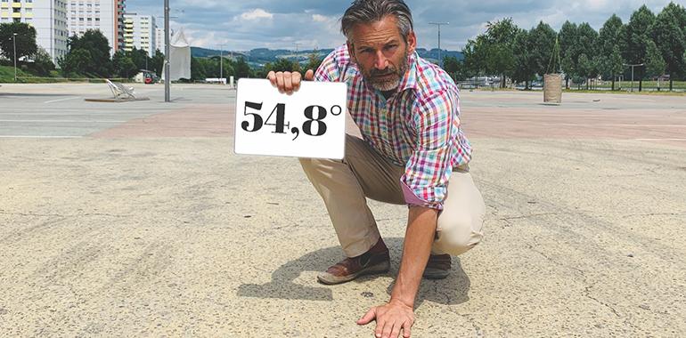 """Stadtentwickler und NEOS-Mann Lorenz Potocnik am Jahrmarktgelände, das im Sommer zur echten """"Heißluftschleuder"""" wird."""