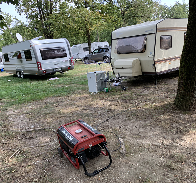 Dieselaggregate und Waschmaschinen im Grünland: Die Wildcamper am Pichlingersee kennen kaum Regeln.