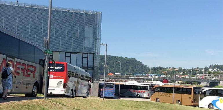 Täglich rollen dutzende Busse in den Donaupark, um die Schiffstouristen für Tagesausflüge nach Salzburg, Hallstatt oder Krumau abzuholen.