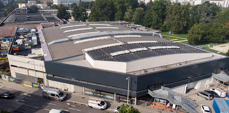 Sticht ins Auge: die neue Fasse der Linzer Eishalle.
