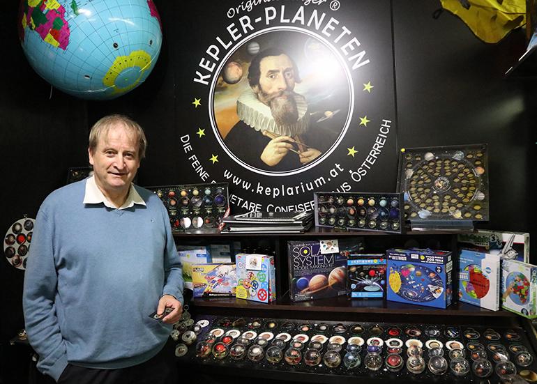 Erich Gattringer in seinem Kepler-Shop im Atrium Linz.