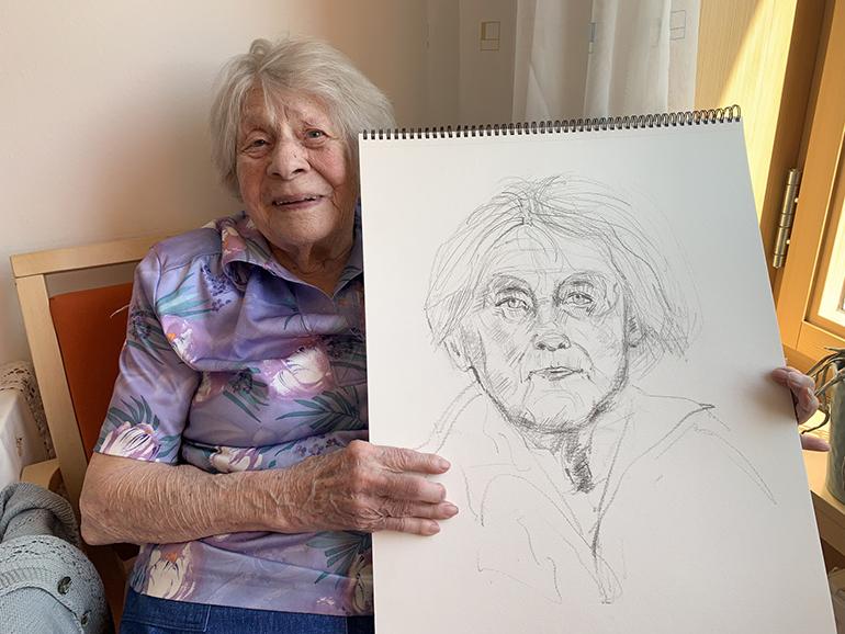 Die Linzerin Pauline Habits (100) mit ihrem Portrait.
