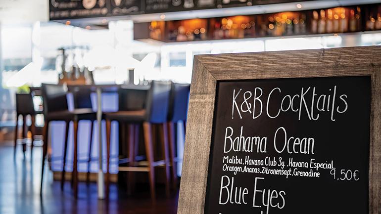 Auch für perfekte Cocktails zu haben: der Barbereich im Courtyard by Marriott Linz.