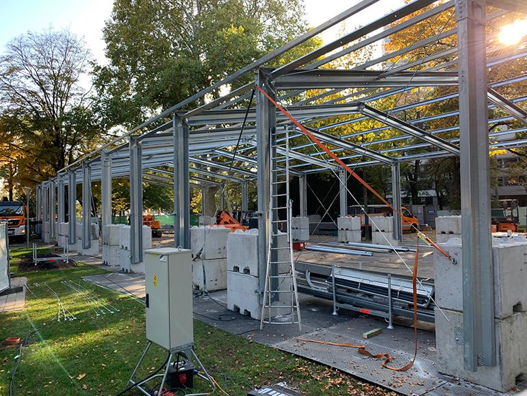 Die Halle für dir Ice Magic-Show wird mitten in die Grünanlage gebaut.