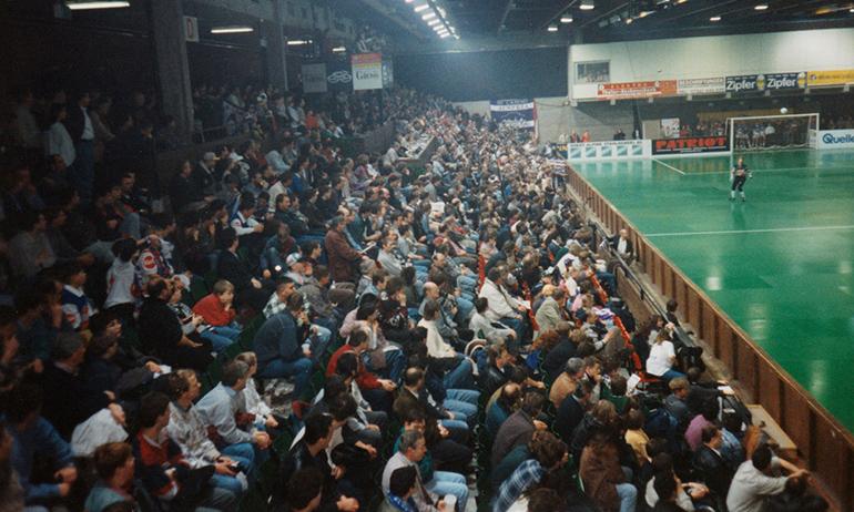 Das Linzer Hallenturnier sorgte vor 21 Jahren für volle Ränge in der alten Sporthalle – an zwei Tagen kamen 8.000 Fans. (Foto: Holzleitner)